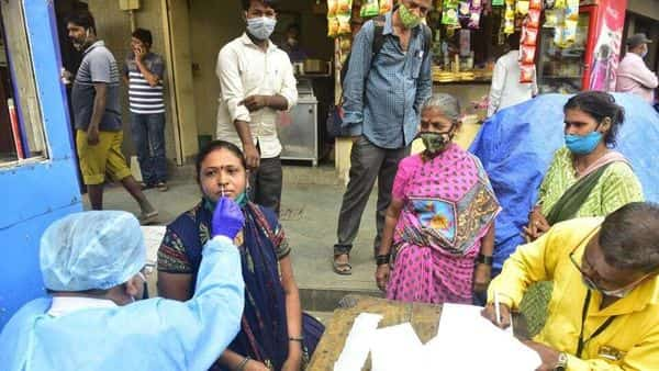 BMC medical staff collects swab samples at Prathan Samaj, Girgaum. (Anshuman Poyrekar/HT Photo) (HT_PRINT)