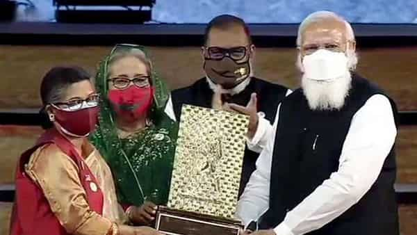 Sheikh Rehana, the younger daughter of Bangladesh's Father of Nation Sheikh Mujibur Rahman, receives Gandhi Peace Prize 2020 from Prime Minister Narendra Modi  (ANI Photo)
