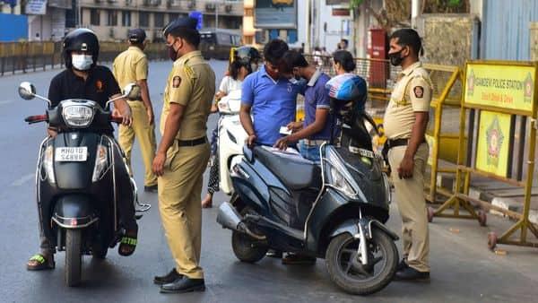 Police Naka Bandi at Cadburry Junction at Mahalaxmi, during the weekend lockdown by Govt of Maharashtra in Mumbai (Anshuman Poyrekar/HT Photo)