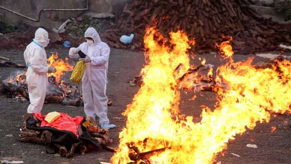 Family members wearing PPE kits, perform cremation of COVID-19 victims, in Bhopal. (PTI)