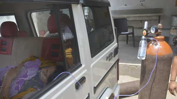 Covid-19 patients being provided emergency relief by a Sikh social organization that arranged oxygen cylinders at Indirapuram Gyan Khand 4 in Ghaziabad. (HT)