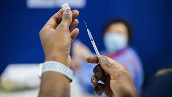 Khaskhabar/राष्ट्रीय स्वास्थ्य सेवा (एनएचएस) द्वारा फिलहाल चलाए जा रहे टीकाकरण कार्यक्रम के तहत जो लोग एक टीका लगवाने के तीन हफ्तों के अंदर संक्रमित हो गए थे उनसे टीका नहीं लेने वाले लोगों के संक्रमण  होने की आशंका 38 से 49