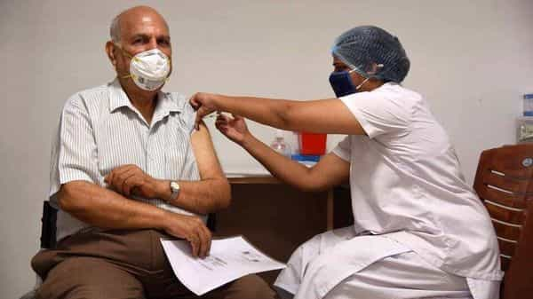 A medic administering the Covid-19 vaccine to a beneficiary at ESIS Hospital, Vashi, in Navi Mumbai. (HT)