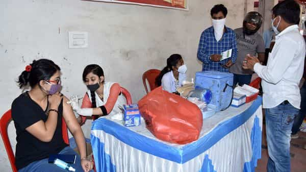 A medic inoculates the dose of the COVID-19 vaccine at the ISM Vaccination centre in Dhanbad. (ANI)