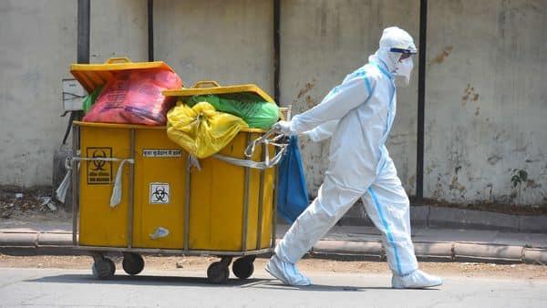 A paramedical staff disposing biomedical waste  (Hindustan Times)