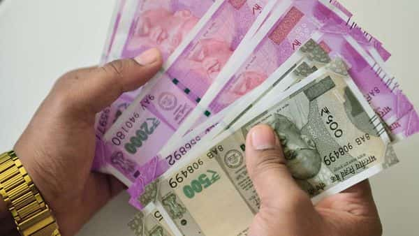 7th pay commission salary: Volume of DA arrears can be easily understood if we look at the 7th pay commission Level-1 pay scale where a central government employees' DA arrears at stake is ranging from  ₹11,880 to  ₹37,554.