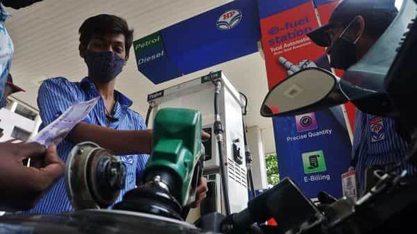 A petrol pump staff fills petrol tanks of motorists as fuel prices soar high  (HT PHOTO)