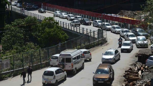 Traffic congestion seen as tourists arrive in large numbers following a relaxation in RT-PCR test requirements to visit the state, in Shimla. (HT)