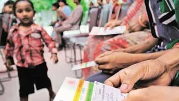 As per the UIDAI claims, the total number of Aadhaar card holders above 18 years of age has reached 129.48 crore on 21st June 2021. (HT)