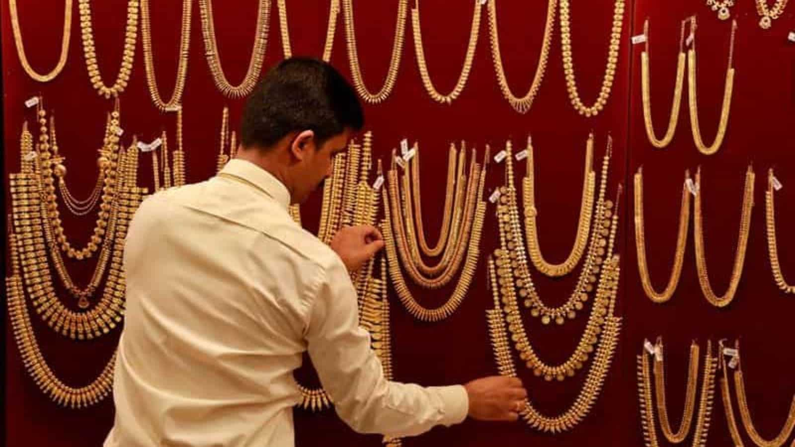 Gold prices today fall for first time after 6 days, silver rates drop