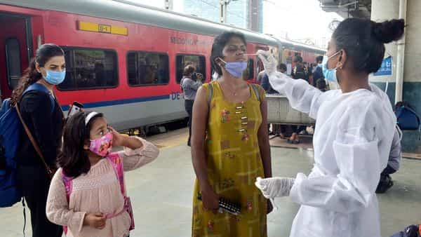 BMC health worker conducts Rapid Antigen Test and RT-PCR Test of passengers arriving from outstation trains at Dadar station, in Mumbai. (HT)