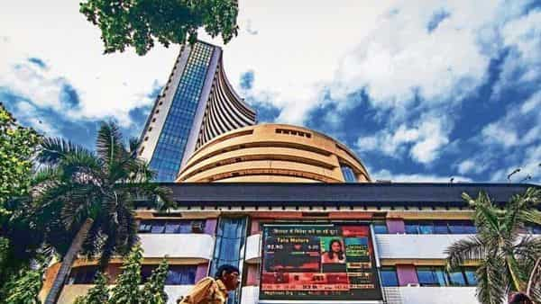 Banks led the domestic downtrend as initial quarterly results pointed to cautious asset quality due to the impact of the second wave.