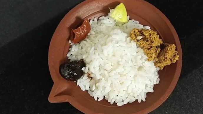 Rice served with the blackish fish sauce named rihakuru.(Screenshot from FoodieMeSu, YouTube)