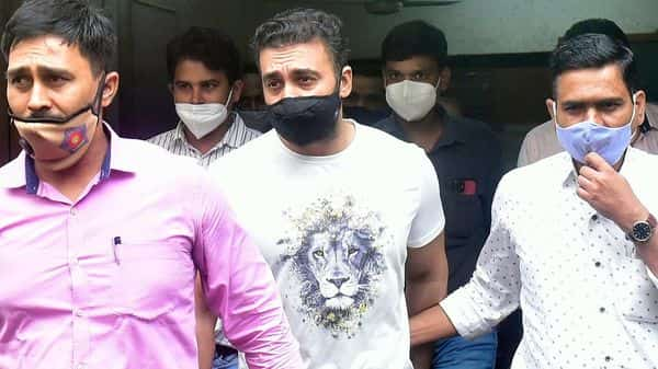 Raj Kundra being taken to Killa Court from the Property Cell Unit office at Byculla in Mumbai (Anshuman Poyrekar/HT PHOTO)