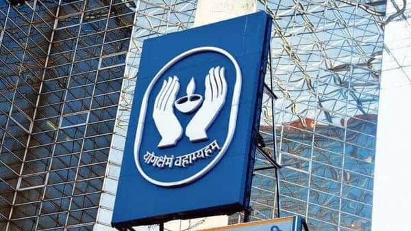 Dipam has invited bids from i-bankers and legal advisers to manage the LIC IPO. (Mint )