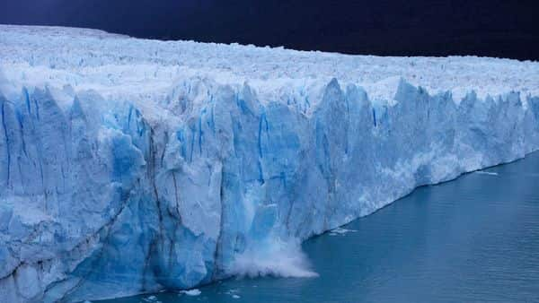 (FILES) This file photo taken on March 10, 2018 shows a chunck of ice falls from the Perito Moreno Glacier, at Los Glaciares National Park, near El Calafate in the Argentine province of Santa Cruz. - The Intergovernmental Panel for Climate Change (IPCC) on August 8, 2019 delivered the most comprehensive scientific overview yet of the links between the land we live off and global warming. (Photo by Walter Diaz / AFP)