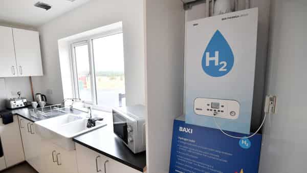 Green hydrogen is produced by splitting water into hydrogen and oxygen using an electrolyzer powered by electricity from renewable energy sources such as wind and solar. (Bloomberg)