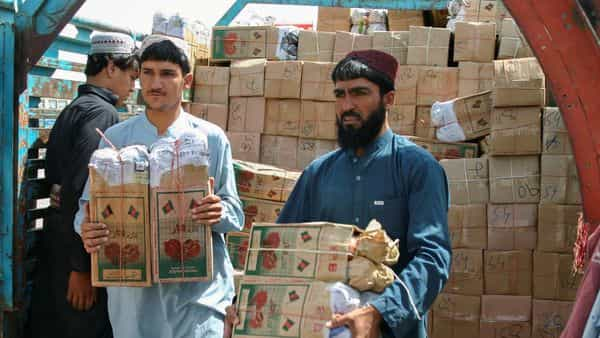 Labourers unload boxes of pomegranates from Afghanistan at the 'Friendship Gate' crossing point in the Pakistan-Afghanistan border town of Chaman, Pakistan. (File photo) (REUTERS)