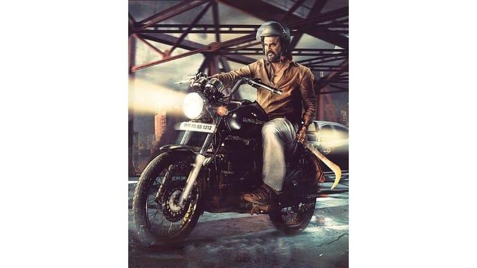 """在一张即将上映的拉吉尼坎斯主演电影《安纳特》(Annaatthe)的海报上,自行车上悬挂着一个""""阿鲁瓦尔""""(aruval)。"""