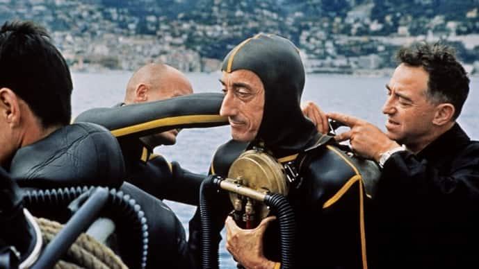海洋学家和探险家雅克·伊夫·库斯托在法国测试水肺潜水设备。照片通过法新社