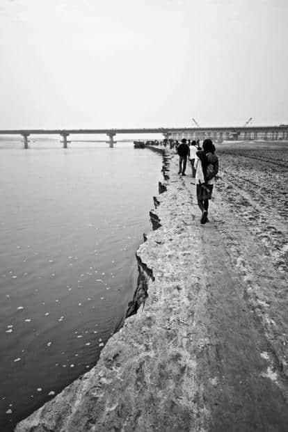 The eroded embankment along the Gandak in West Champaran. Photo: Eklavya Prasad