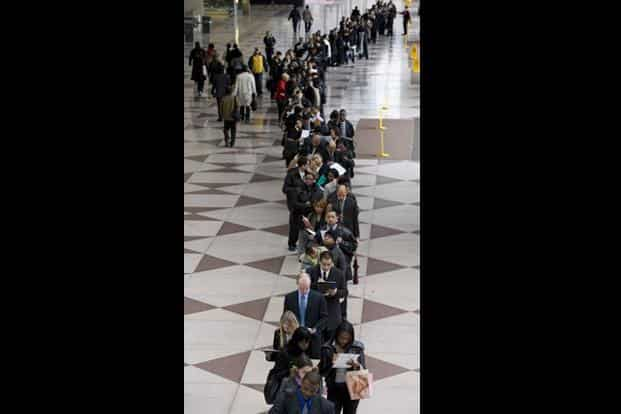 Hundreds of people line up for jobs at the City University in New York. The unemployment rate in the US rose by 4.3% and the long-term unemployment by 31.3%. AFP