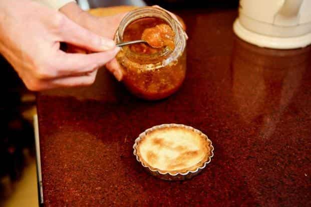 Put one tablespoon of the Cape gooseberry jam in each pastry shell and spread out evenly.