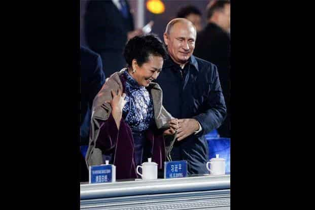 Vladimir Putin (right) with Chinese first lady Peng Liyuan at the APEC summit in Beijing. Photo: Reuters