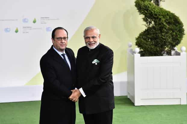 Indian Prime Minister Narendra Modi (right) with his French counterpart Francois Hollande at the climate change conference. Photo: AP