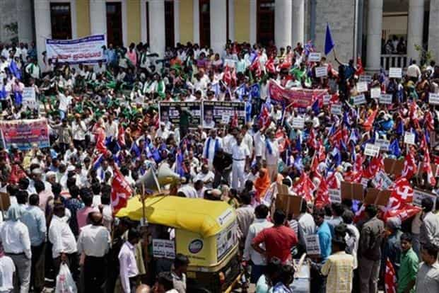 Farmers and members of Dalit Seva Samiti protest against Thursday's police lathicharge in Bengaluru on Friday. Photo: AP/PTI