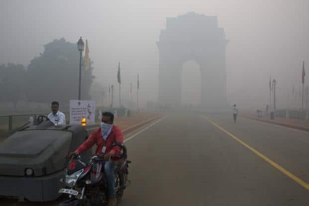 (Above) the landmark India Gate, enveloped by smoke and smog on Monday. Manish Swarup/AP