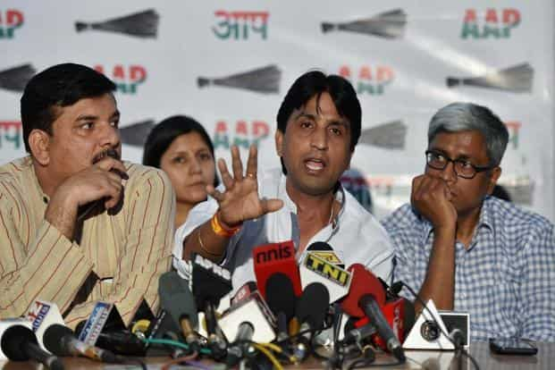 The top leadership of the Aam Aadmi Party (AAP), including Arvind Kejriwal, Manish Sisodia, Ashutosh and Sanjay Singh, met Kumar Vishwas (centre) on Tuesday. Photo: PTI