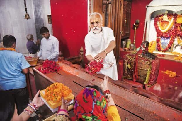 Dalit priest Phalahari Suryavanshi Das performs the daily rituals at Mahavir temple in Patna. Photo: Indranil Bhoumik/Mint