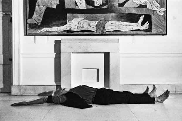 Husain mimicking his painting of Bhishma at the National Gallery of Modern Art (NGMA), 1993. Photographs by Parthiv Shah