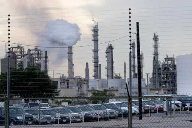 A file photo of an Exxon Mobil Corp. refinery in Baton Rouge, Louisiana in 2008. Photo: Bloomberg