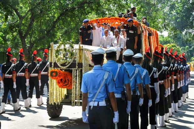 Tri-services guards escort the mortal remains of former prime minister Atal Bihari Vajpayee, being taken to the BJP headquarters at DDU Marg for the last public view, in New Delhi on Friday.Photo: PTI