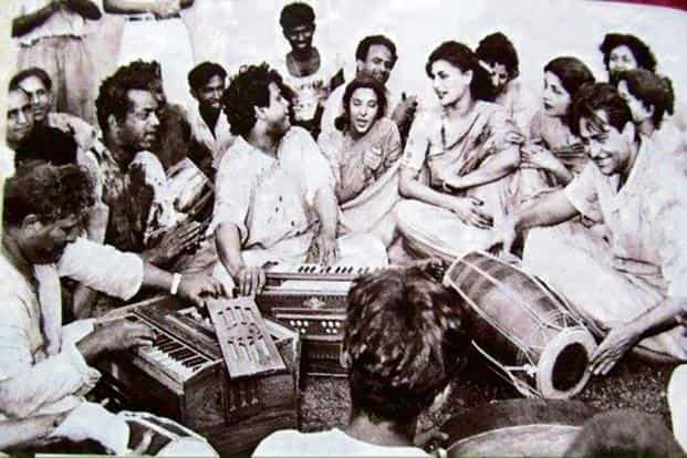 Raj Kapoor (on extreme right) celebrates Holi at RK Studios.Photo: Twitter@igbollywood