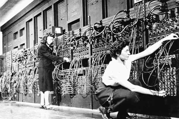 Technicians connecting wires of ENIAC computer. Photo: Alamy