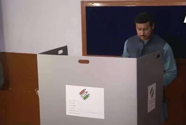 Union Minister Rajyavardhan Singh Rathore casts his votes at polling booth 252 in Vaishali Nagar, Jaipur Photo: ANI/Twitter